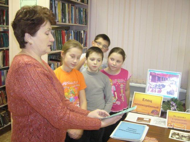 знакомство с книжной выставкой в библиотеке