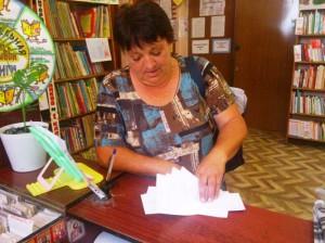 Почтальон забирает письма задолжникам
