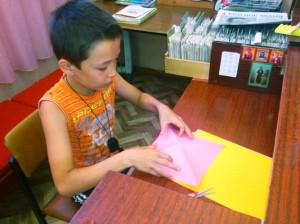 Касымов Ильшат делает цветы из бумаги