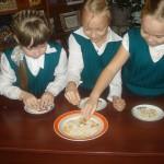 Конкурс лСобери фасоль,макароны и горох по тарелочкам¬ 1