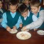 Конкурс лСобери фасоль,макароны и горох по тарелочкам¬
